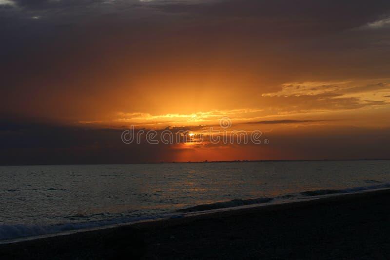 在海的火红的日落 免版税图库摄影