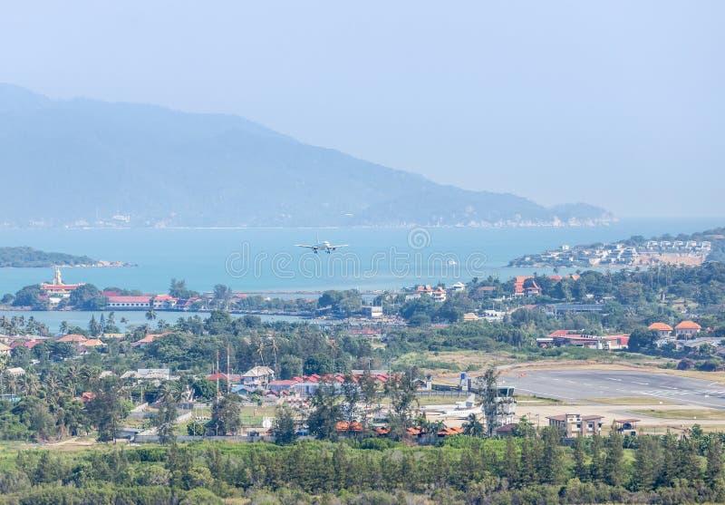 在海的白色商业飞机着陆到苏梅国际机场的,samui,素叻他尼,泰国跑道里 免版税库存照片