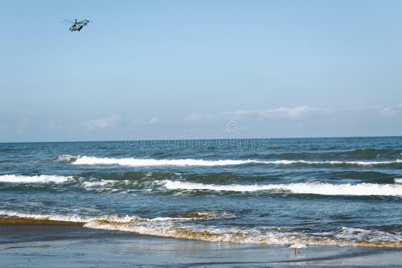 在海的直升机反对无云的天空 免版税库存照片