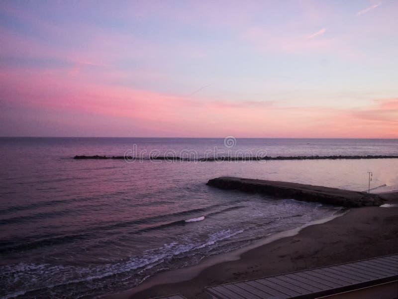 在海的码头日落天空的 免版税图库摄影