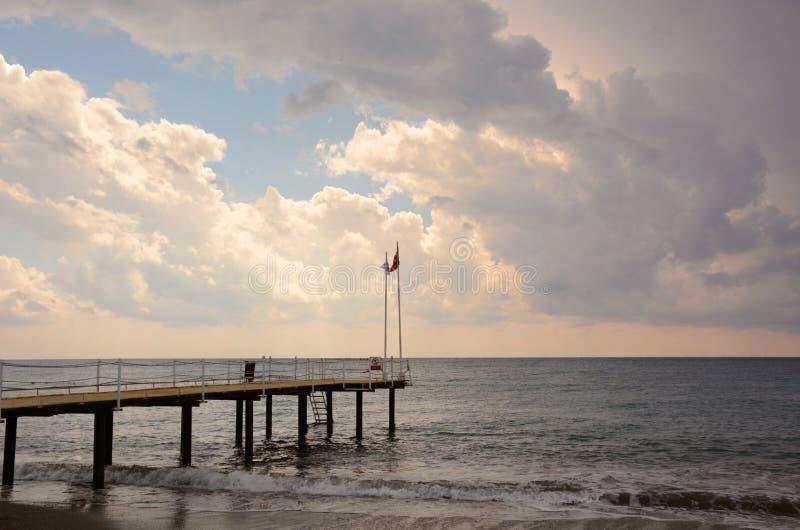 在海的码头日落的在阿拉尼亚,土耳其 免版税库存照片