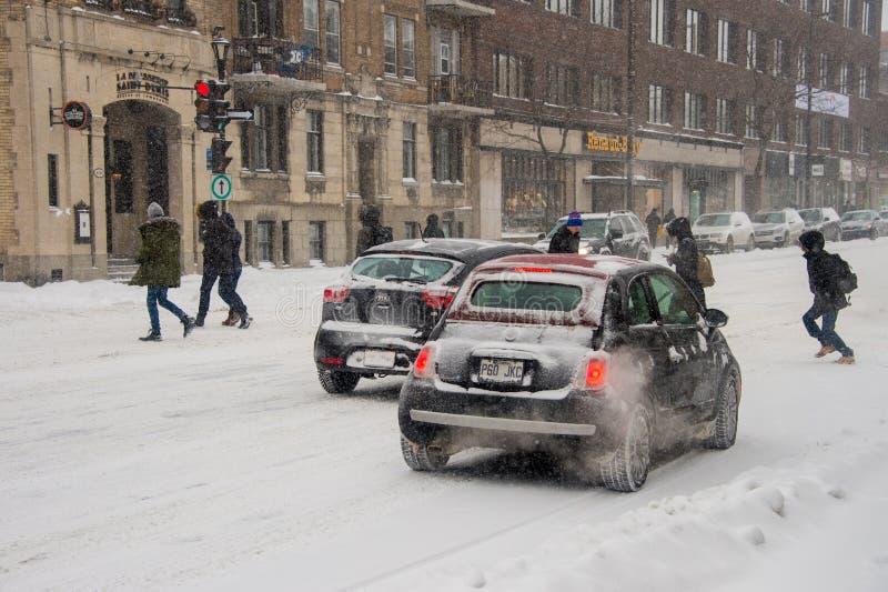 在海的第一场雪风暴期间,交易在圣但尼街上 库存图片