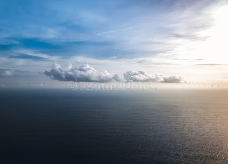 在海的美丽的云彩日落的 顶视图 免版税库存照片