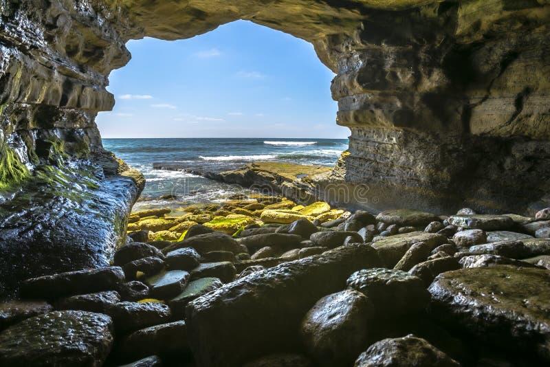在海的美丽的岩石洞在的拉霍亚加利福尼亚 免版税库存照片