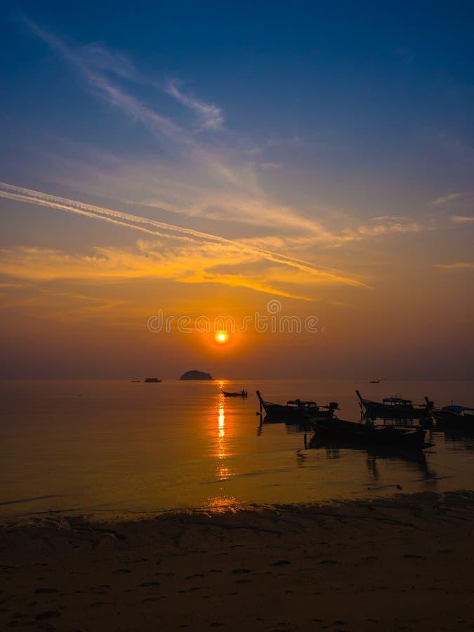 在海的美丽的日出和剪影地方渔船t的 免版税库存图片