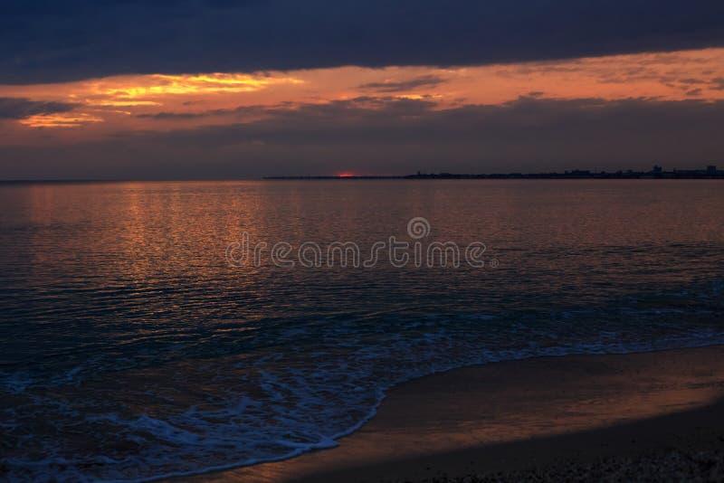 在海的美丽的阴沉的日落天空 免版税库存图片