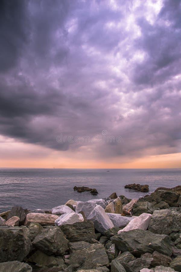 在海的美好的日落在Boccadasse热那亚,意大利 库存照片