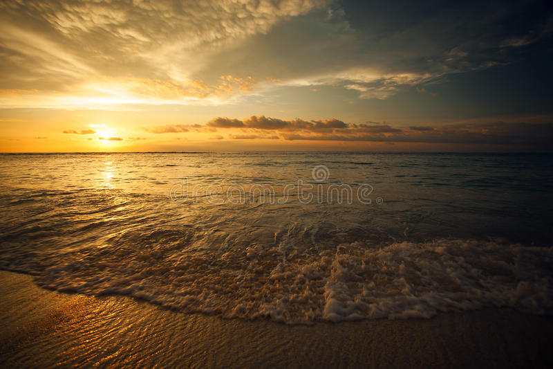 在海的美好的日落在Gili Trawangan,北部龙目岛,印度尼西亚,亚洲 免版税库存照片