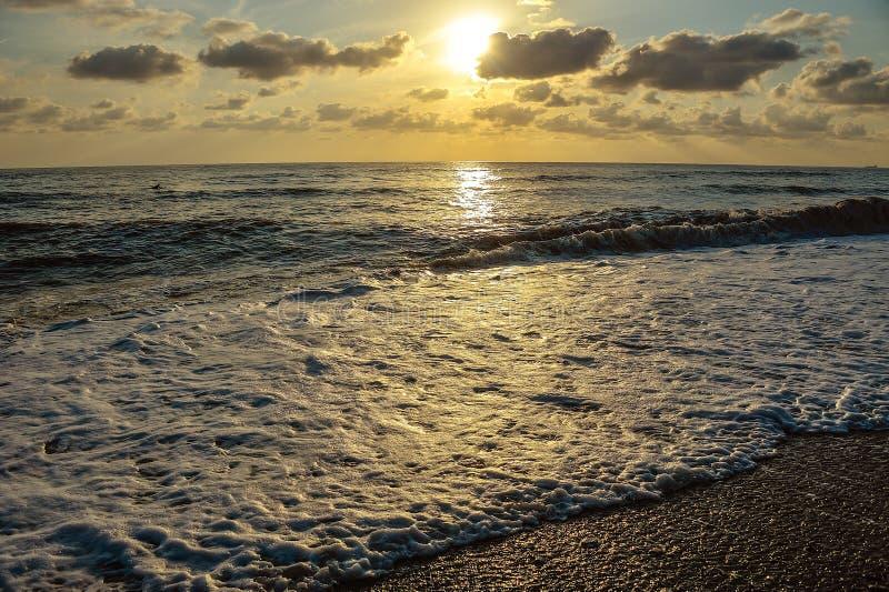 在海的美好的日落有波浪的 免版税库存照片
