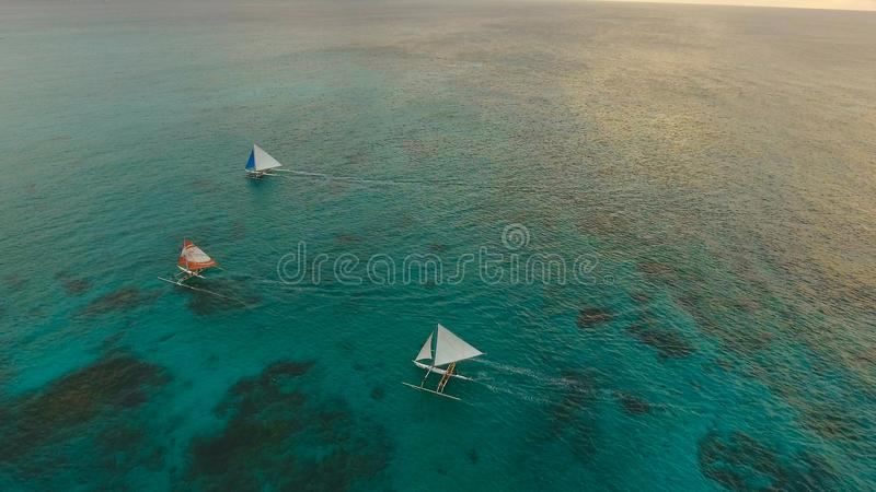 在海的美好的日落,鸟瞰图 博拉凯海岛菲律宾 免版税库存图片