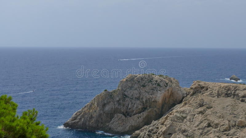 在海的背景的山 库存图片