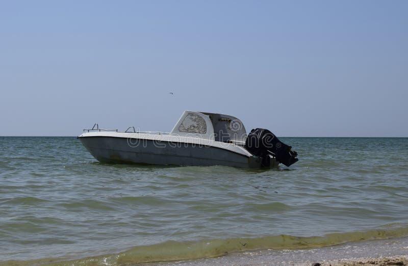 在海的背景的汽船在海岸附近的 库存照片