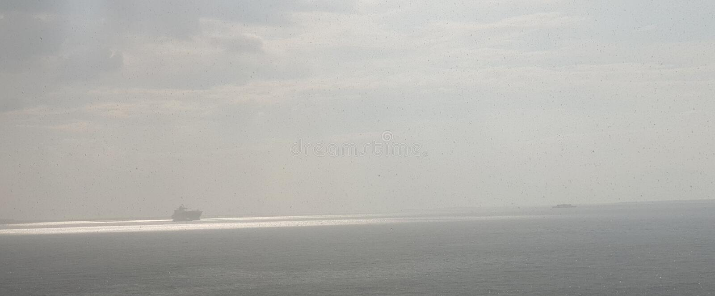 在海的船太阳亮光的 免版税库存照片