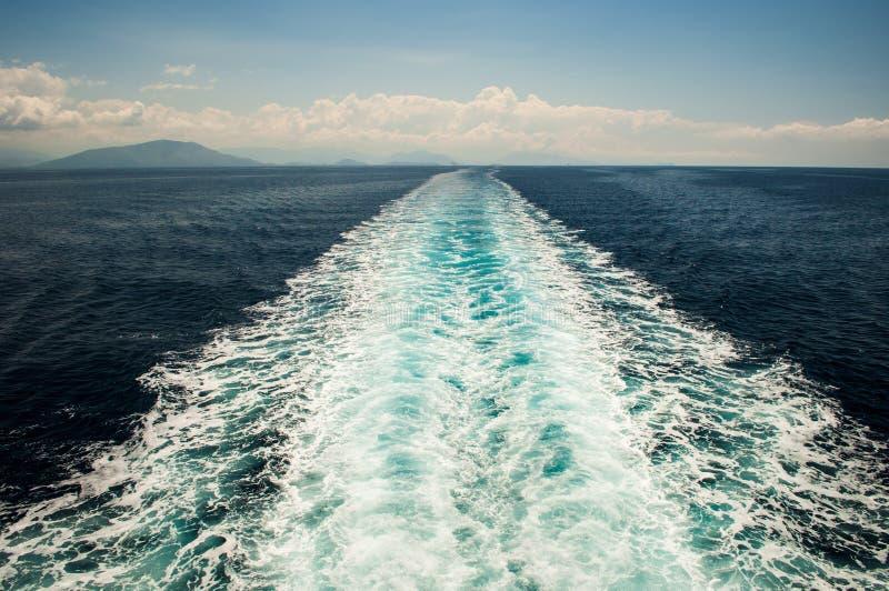 在海的船足迹 免版税库存照片