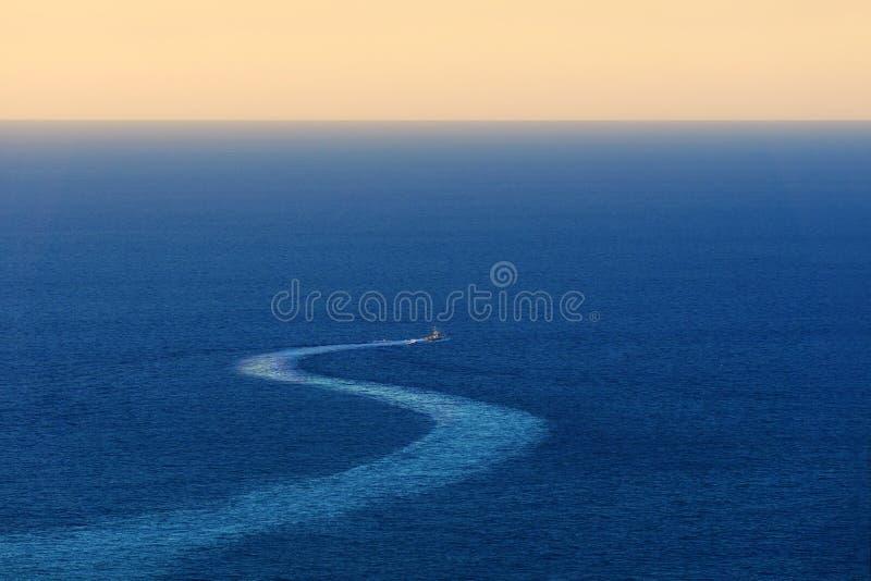 在海的船踪影 免版税库存照片