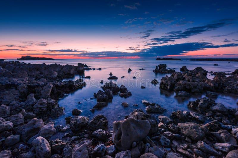 在海的蓝色小时撒丁岛西海岸的,意大利 库存照片