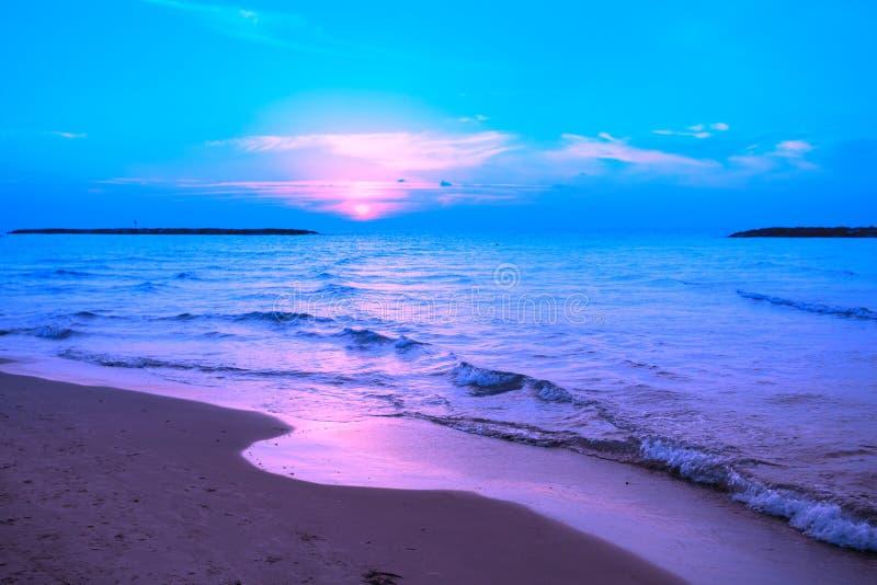 在海的蓝色桃红色日落 免版税库存照片
