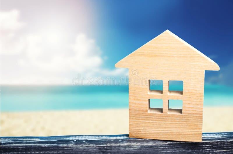 在海的议院,依靠房地产、沙滩、假期、温暖的国家,热的游览、海和海洋海岸,文本的地方, 库存照片