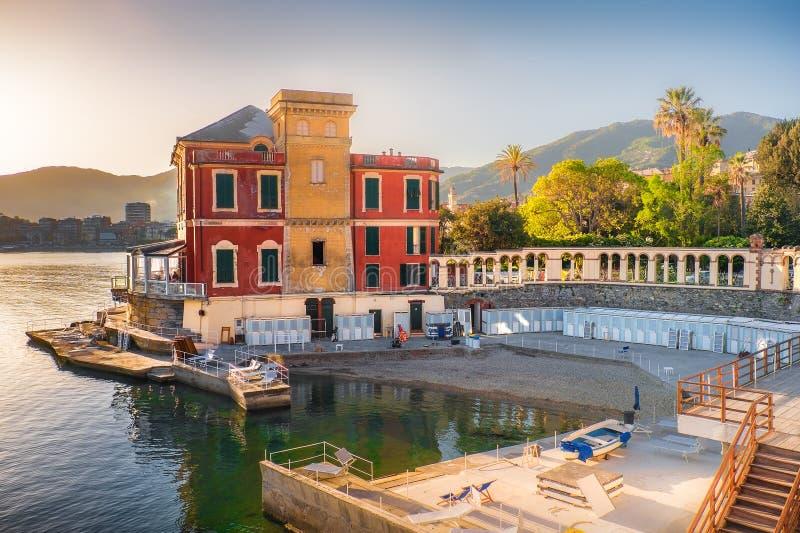 在海的豪华别墅在意大利里维埃拉意大利的日落的 库存照片