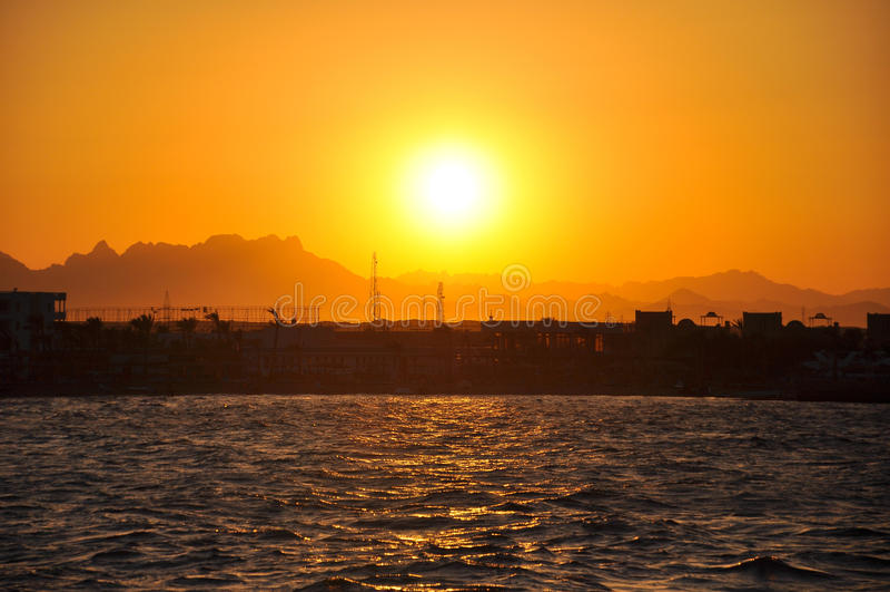 在海的金黄日落 免版税库存照片