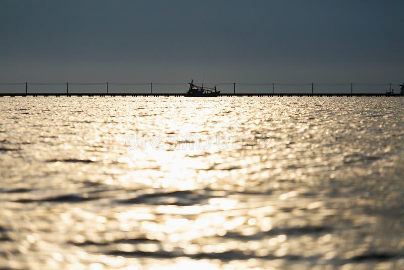 Download 在海的阳光反射 库存照片. 图片 包括有 反映, 贿赂, 运输, 阴云密布, 剪影, 美妙, 蓝蓝, 本质 - 72367098