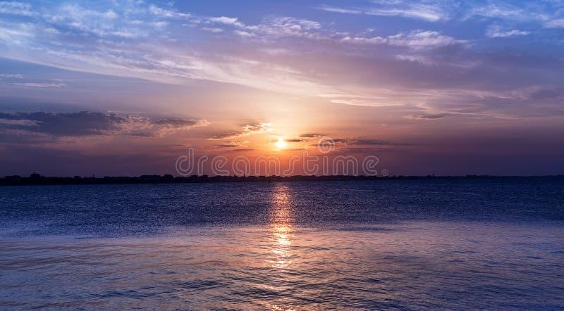 在海的风景日落天空 强烈的颜色 使微明环境美化 免版税库存图片