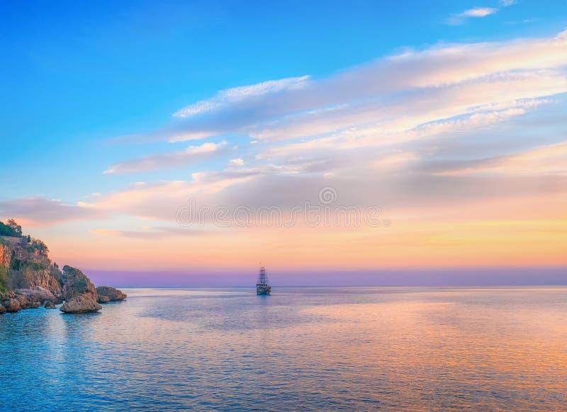 在海的高船航行在晚上阳光下, Mediterran 库存照片
