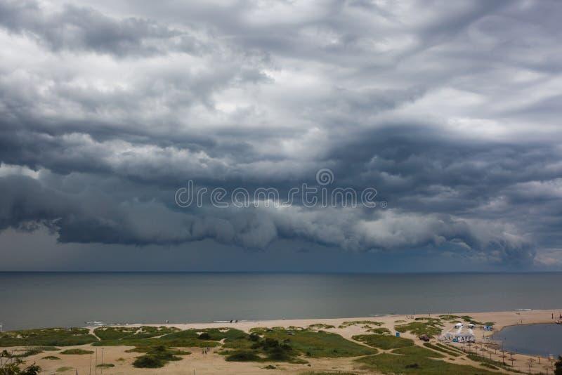 在海的黑暗的云彩asperatus 免版税库存照片