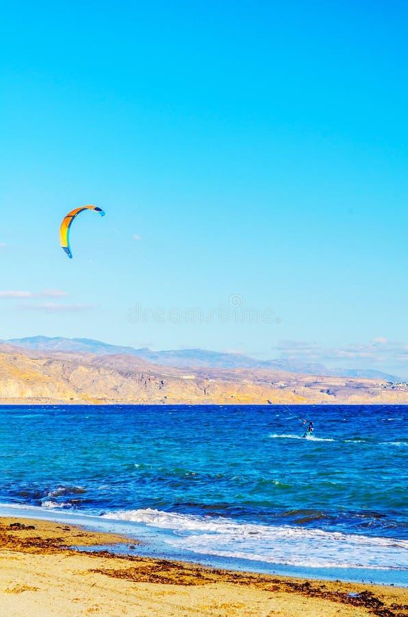 在海的Kitesurfer挥动,水极端体育,活跃体育, adve 免版税库存图片