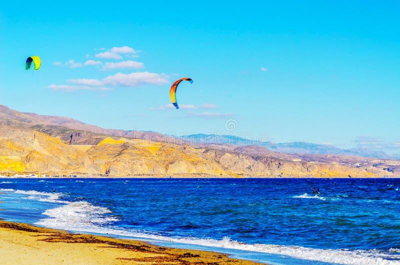 在海的Kitesurfer挥动,水极端体育,活跃体育, adve 免版税图库摄影