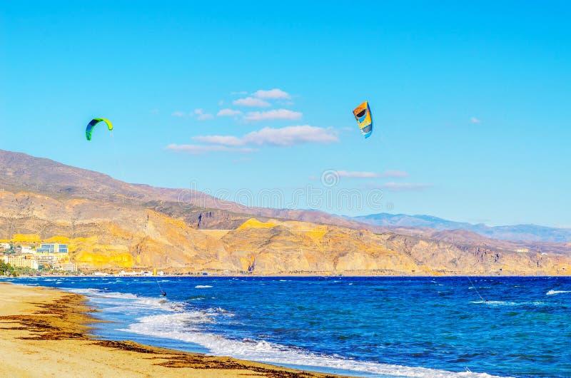 在海的Kitesurfer挥动,水极端体育,活跃体育, adve 免版税库存照片