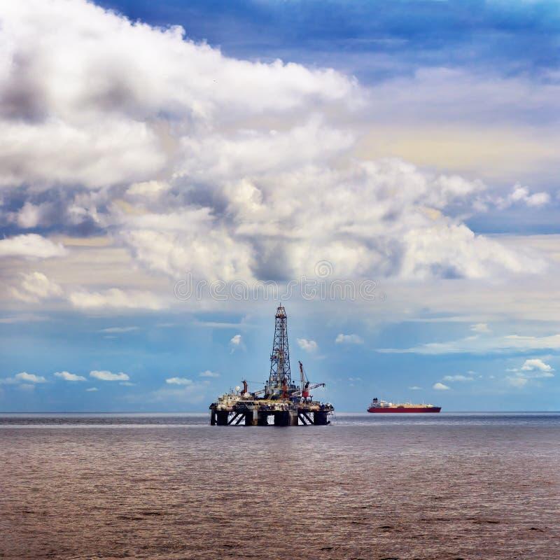 在海石油工业的近海抽油装置平台 库存图片