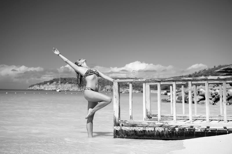 在海码头的妇女姿势在圣约翰斯,安提瓜岛 免版税库存照片