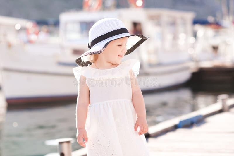在海背景的女孩 库存图片