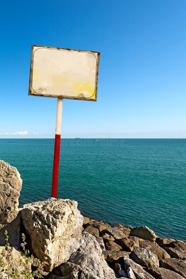 在海背景的标志 图库摄影
