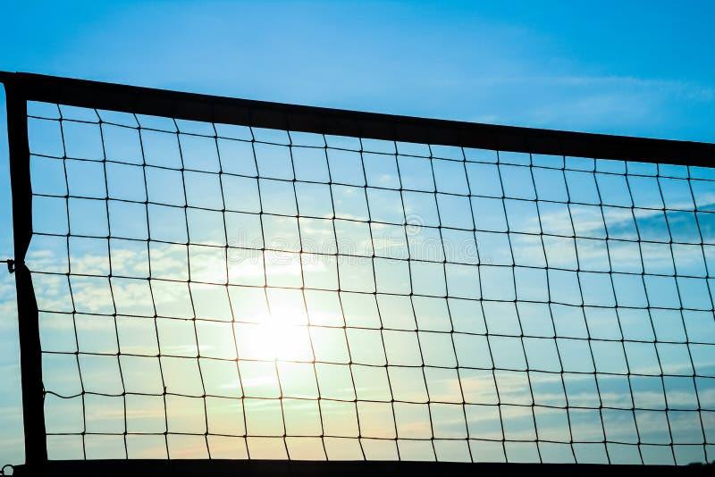 在海背景的美丽的滤网排球剪影 免版税库存照片