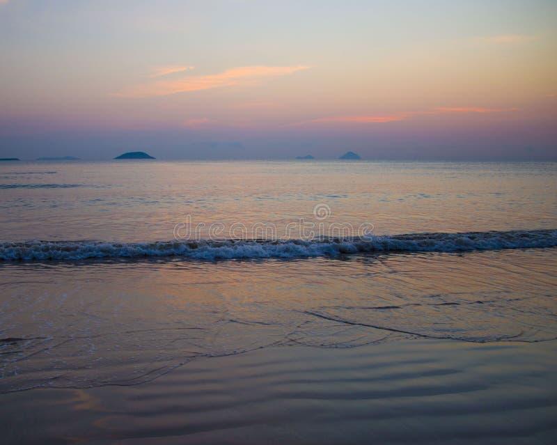 在海表面的日出与光芒的反射 库存图片