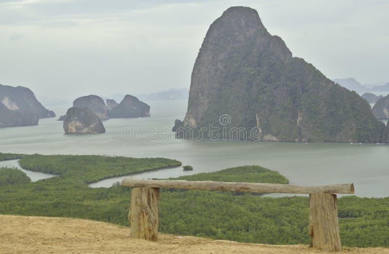 在海观点Ao的木椅子有大和小海岛,高山,泰国,攀牙湾 免版税库存照片