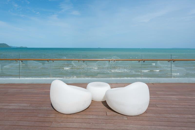 在海视图的放松的白色椅子假期、夏天和旅行的 库存照片