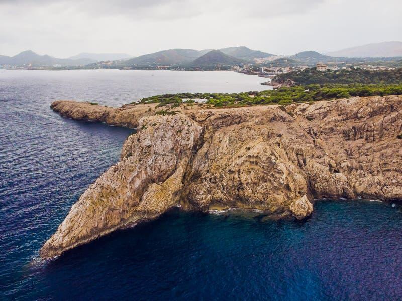 在海角福门特拉岛的灯塔在北部马略卡,西班牙海岸  艺术性的日出和黄昏landascape 免版税库存图片