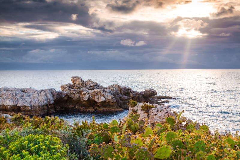 在海角米拉佐,自然保护Pisci的剧烈的春天日落 免版税库存图片