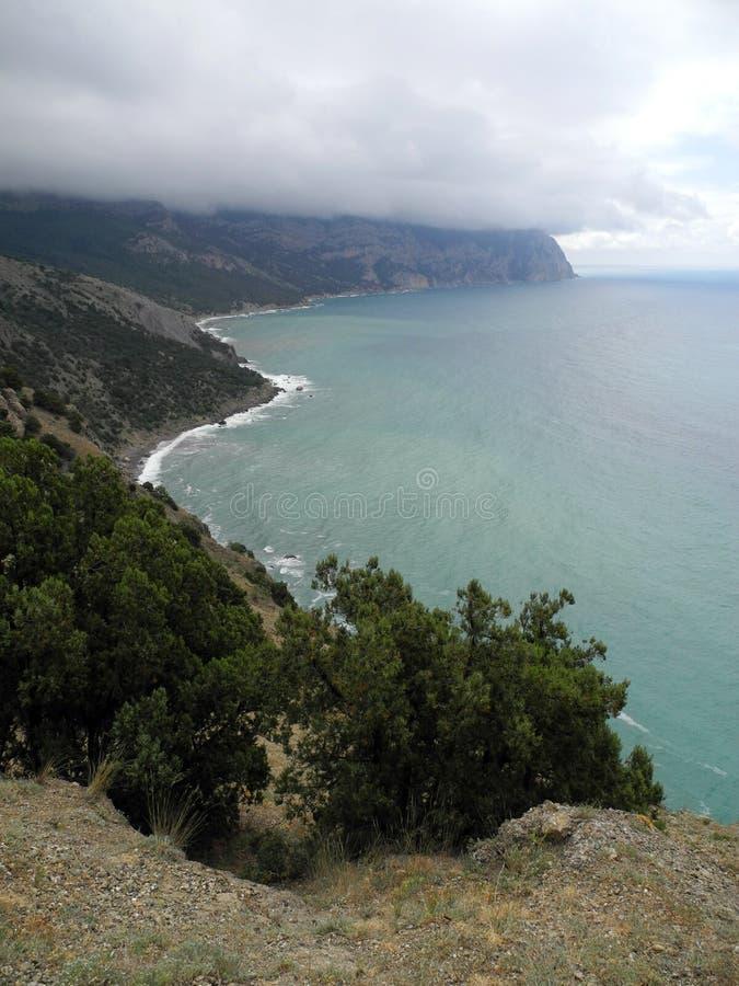 在海角Aiya附近的克里米亚半岛黑海海岸在一多云天 免版税库存照片