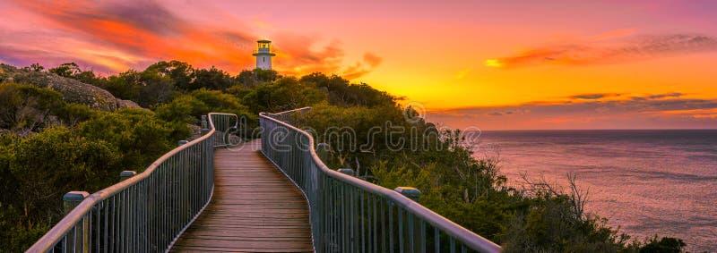 在海角Tourville灯塔的全景在日出 免版税库存照片