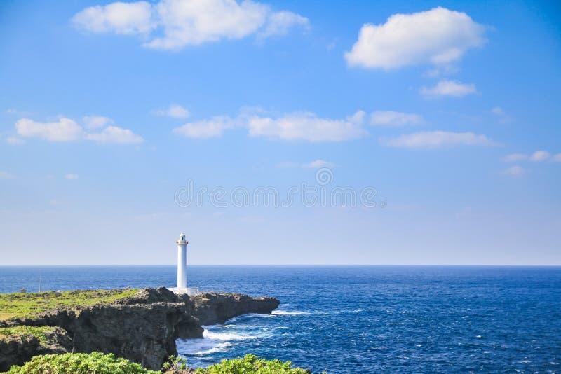 在海角zanpa的白色灯塔与蓝色海和天空 库存图片