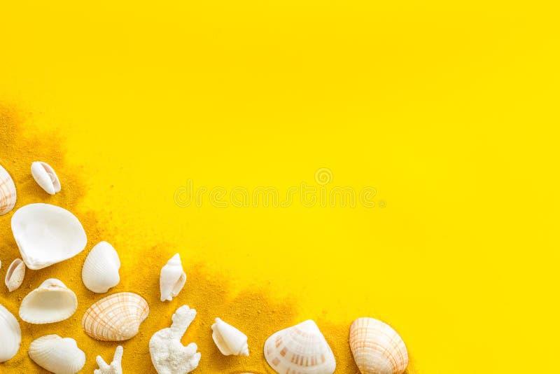 在海设计的夏天与壳的博克的在黄色背景顶视图拷贝空间的沙子 图库摄影