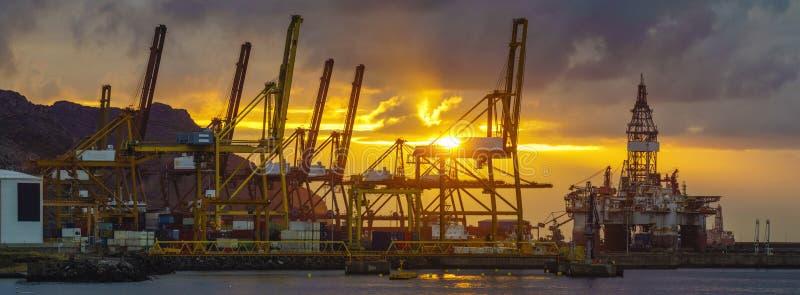 在海贸易港的日出 免版税库存照片