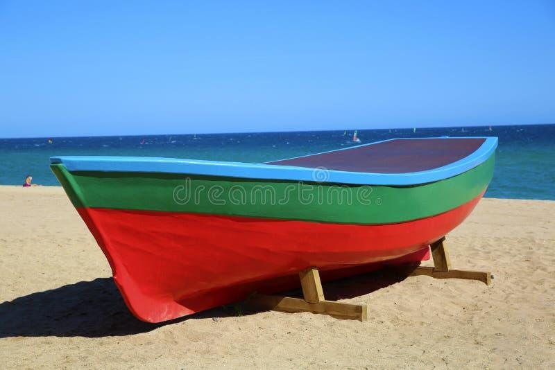 在海费用的老小船 免版税库存图片