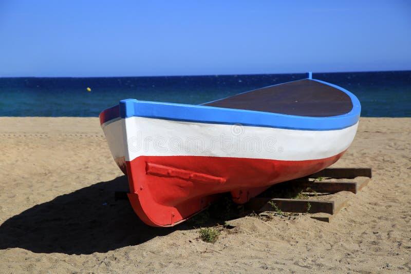 在海费用的老小船 库存照片