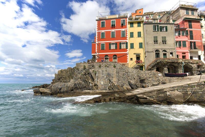 在海边和典型的房子的看法在小村庄,里奥马焦雷,五乡地,意大利 库存照片