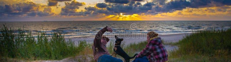 在海边的愉快的爱恋的夫妇 免版税库存图片